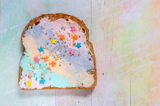 Geroosterd brood met eenhoornvoedsel met gekleurde roomkaas