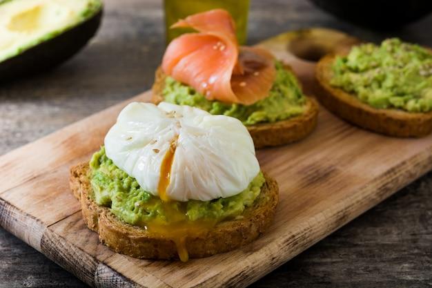 Geroosterd brood met gepocheerde eieren, avocado en zalm