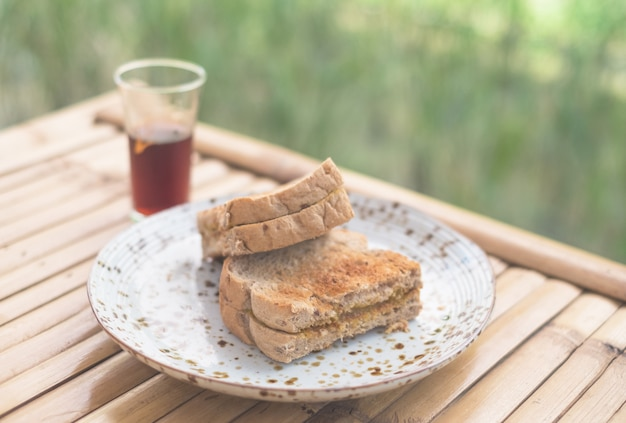 Geroosterd brood met gestoomde vla