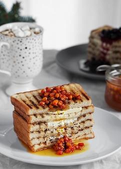 Geroosterd brood, toast met boter en zelfgemaakte bessenjam. detailopname.