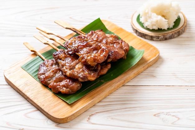 Geroosterd doorstoken melkvarkensvlees met witte kleverige rijst