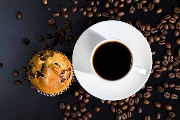 Geroosterd en klaar voor gebruik voor het maken van koffiebonen, close-up van voedingsproducten
