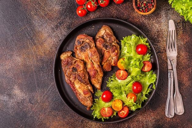 Geroosterd kalkoenlapje vlees met groentesalade