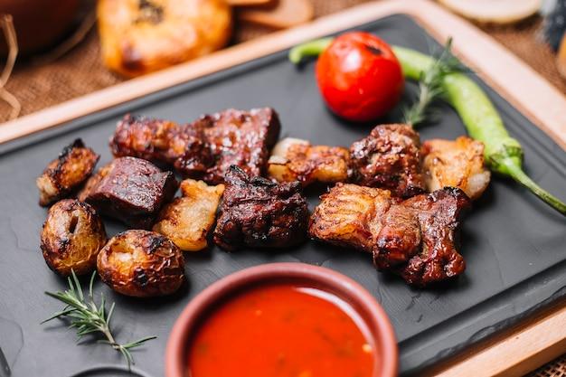 Geroosterd lam tomaat peper aardappel rozemarijn sauzen zijaanzicht