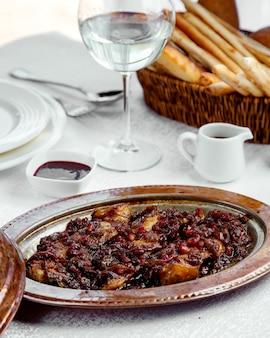 Geroosterd lamsvlees gegarneerd met granaatappel en ui