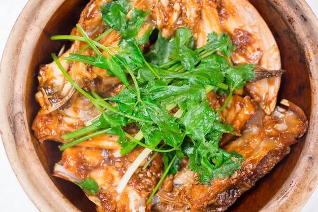 Geroosterd makreel (saba) lapje vlees met teriyakisaus en rijst op witte schotel, populaire japanse keuken