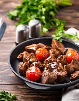 Geroosterd of gestoofd rundvlees met tomaat
