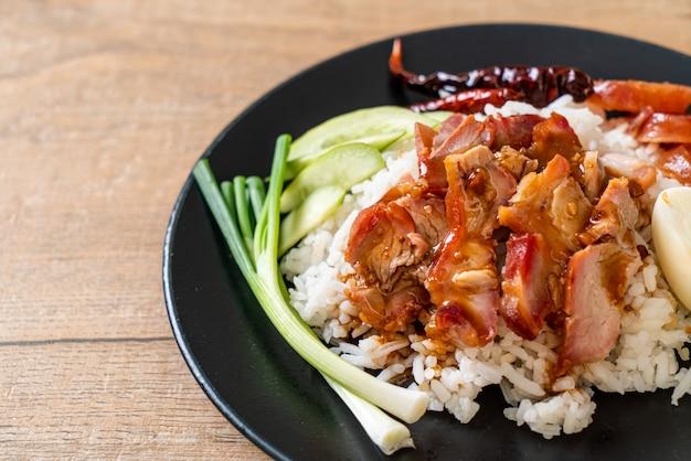 Geroosterd rood varkensvlees in saus op rijst