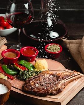 Geroosterd rundvlees gesneden met saus selectie