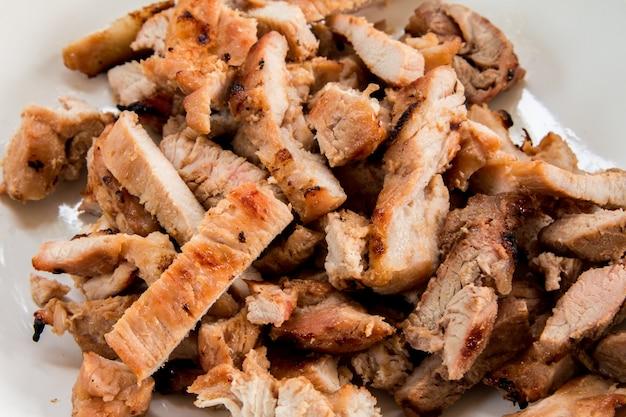 Geroosterd varkensvlees met houtskoolgrills