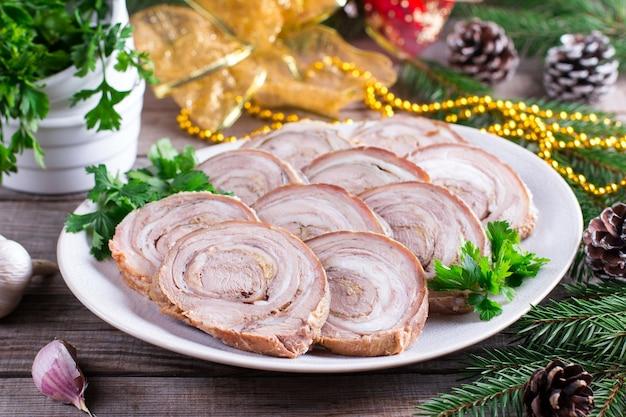 Geroosterd varkensvleesbroodje. voorgerecht voor het nieuwe jaar