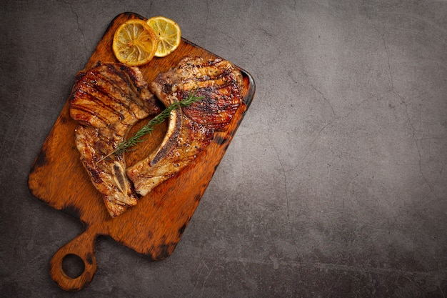 Geroosterd varkensvleeslapje vlees op het donkere oppervlak.