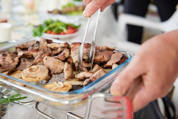 Geroosterd vlees en ui op plaat dicht omhoog