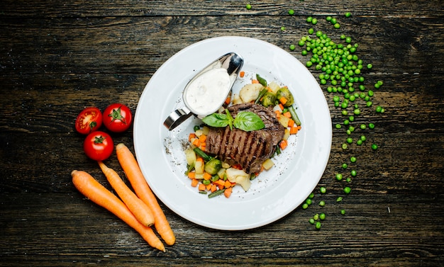 Geroosterd vlees met gehakte groenten