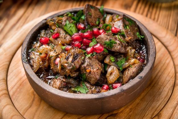Geroosterd vlees met groenten op een pan