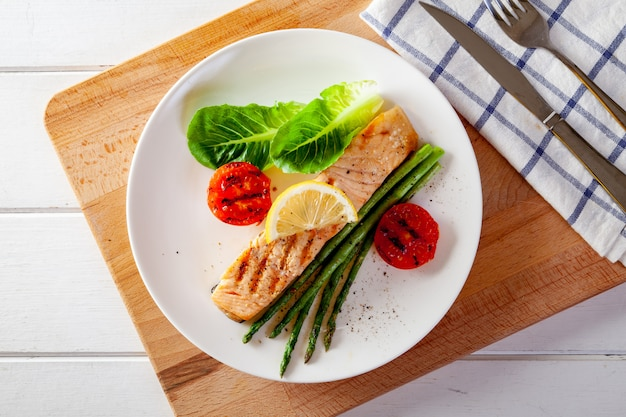Geroosterd zalmlapje vlees met asparagosentomaten met verse groente.