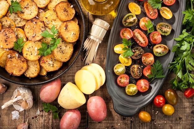 Geroosterde aardappel met kerstomaatjes, bovenaanzicht