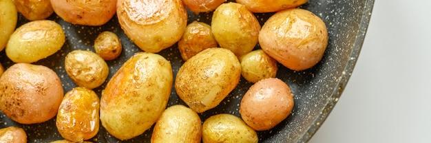 Geroosterde aardappelen in de schil. banner