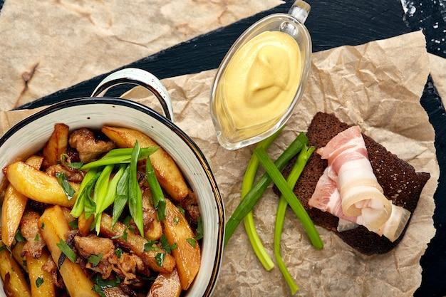 Geroosterde aardappelen met kruiden als bovenaanzicht in een gietijzeren pan