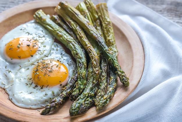 Geroosterde asperges met gebakken eieren op de plaat