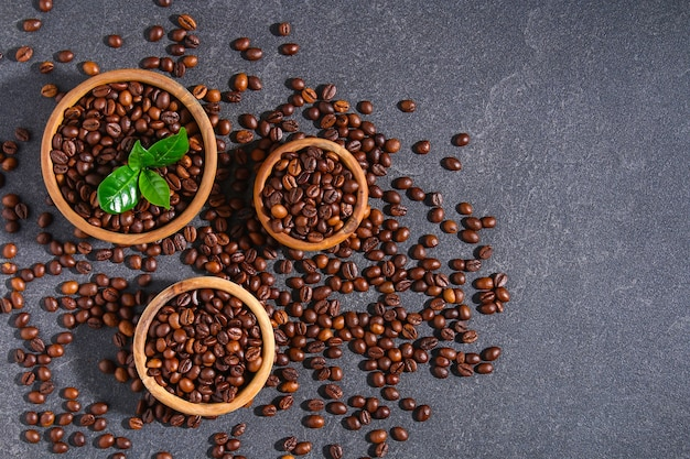 Geroosterde bruine geïsoleerde koffiebonen