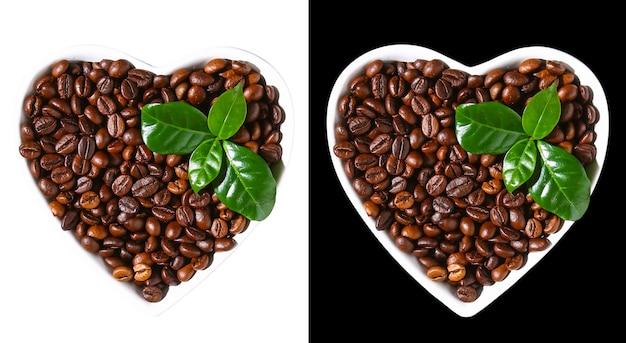 Geroosterde bruine koffiebonen die op witte achtergrond worden geïsoleerd