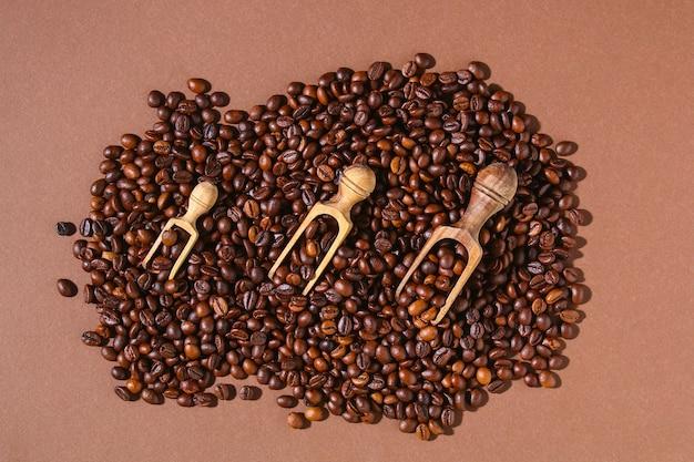 Geroosterde bruine koffiebonen op een bruine achtergrond