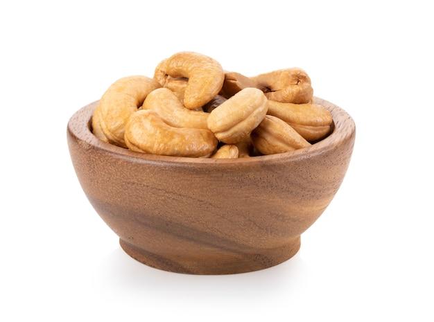 Geroosterde cashewnoten in houten geïsoleerde kom
