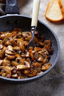 Geroosterde champignonschampignons in pan