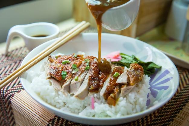 Geroosterde eend topping op thaise rijst, geroosterde bbq-eend giet met jus saus beroemd in thailand straatvoedsel, focus selectief.