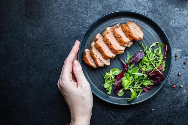 Geroosterde eendenborst en slablaadjes grill of barbecuevlees gevogelte portie Premium Foto