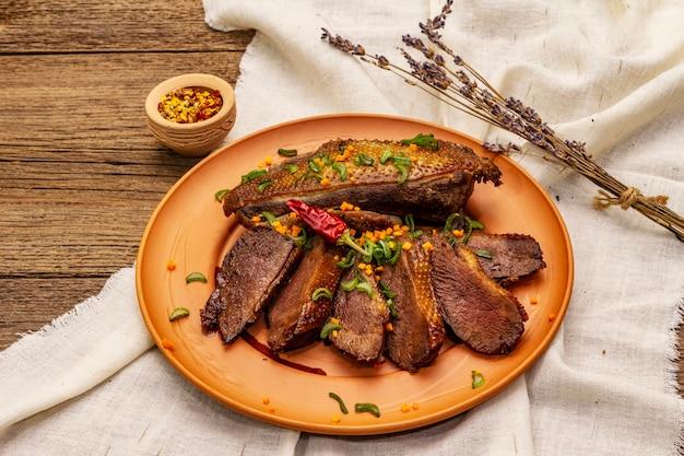 Geroosterde eendenborst, kruiden en demi-glace saus. traditioneel frans eten