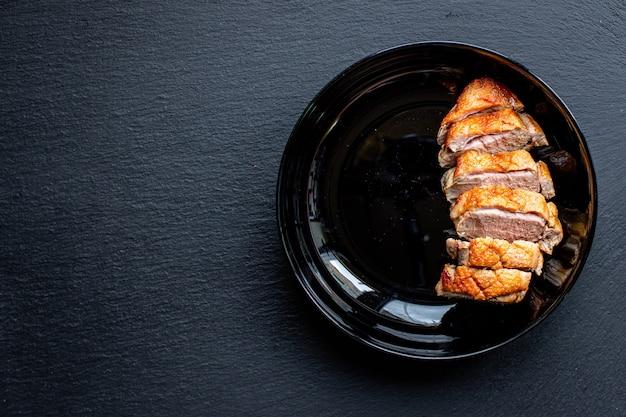 Geroosterde eendenborstgrill of barbecuevlees gevogelte portie