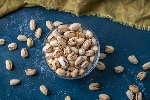 Geroosterde en gezouten pistachenoten in glazen kom