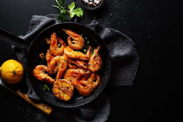 Geroosterde garnalen op pan