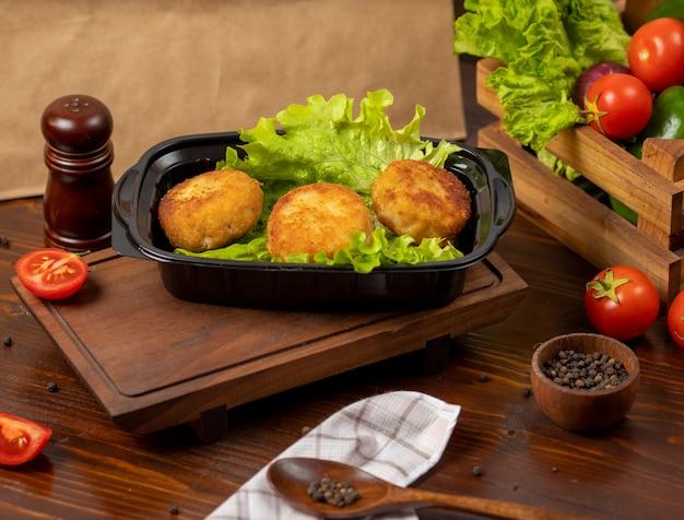 Geroosterde gefrituurde kaasballetjes met aardappel gevuld met kaas en vlees