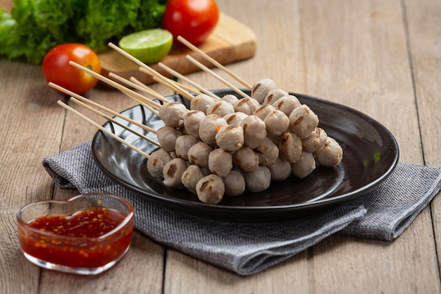 Geroosterde gehaktballetjes en pikante saus