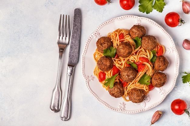 Geroosterde gehaktballetjes met spaghetti