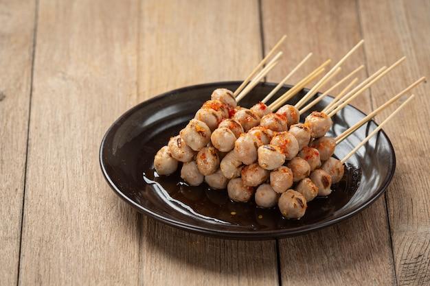 Geroosterde gehaktballetjes overgoten met pikante saus