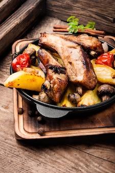 Geroosterde gesneden barbecue varkensribbetjes
