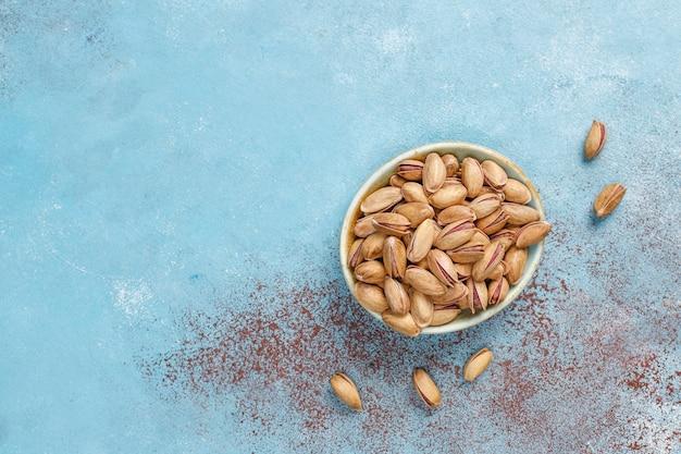 Geroosterde gezouten pistachenoten in een notendop.