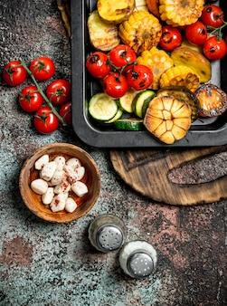 Geroosterde groenten en champignons gegrild in een pan.