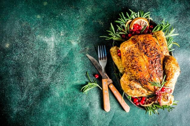 Geroosterde hele kip met kerstversiering