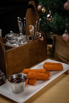 Geroosterde kaas en saus. tot het nieuwe jaar en kerstmis
