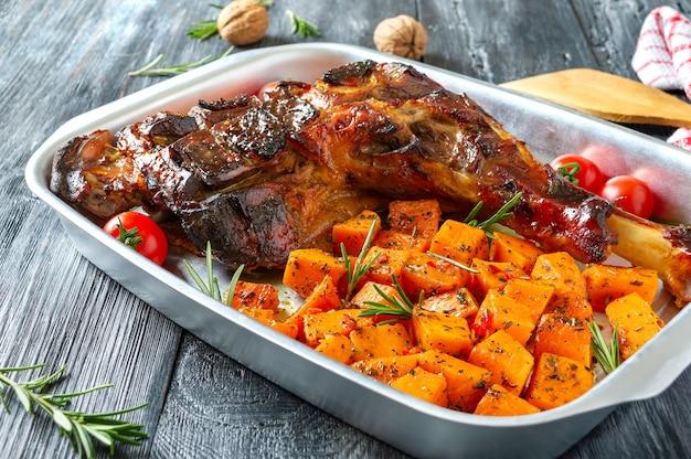 Geroosterde kalkoenbout en pompoenstukjes met aromatische kruiden. dankbaar gerecht.