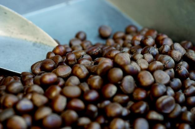 Geroosterde kastanjes, zoet aroma, koffiegeur het concept voedt voedsel dat nuttig is met exemplaarruimte