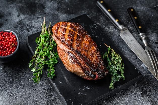 Geroosterde kerst eendenborstfilet steak. bovenaanzicht.