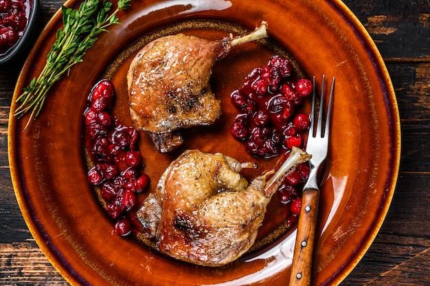 Geroosterde kersteendjes met cranberriesaus.