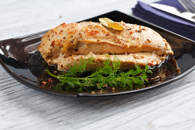 Geroosterde kippenborst met kruiden op hout