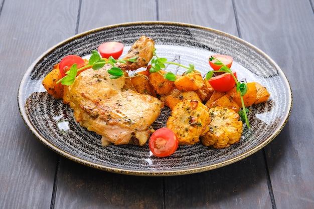 Geroosterde kippendij met gebakken pompoen, gegrilde maïskolf en tomatenkers